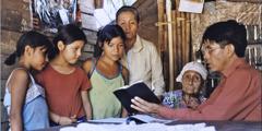 En familie som studerer Bibelen