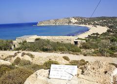 Spominska plošča, posvečena političnim izgnancem, ob zalivu Sarakiniko