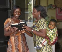 Zwei Frauen unterhalten sich über die Bibel