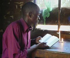 En mann som leser Bibelen
