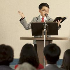 一個小男孩在聚會時發表聖經演講