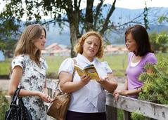 Hira Sandra ngan Rúbia nga nagba-Bible study