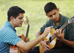 Si Bruno nga nagatudlo sing gitara