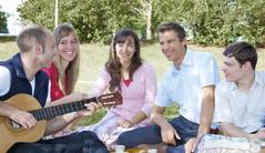 Roman Irnesberger miaraka amin'ny namany vitsivitsy ary mitendry gitara ny iray amin'izy ireo