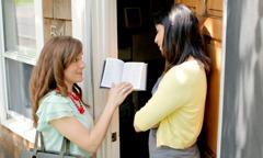 Jehovina svjedokinja čita biblijski redak