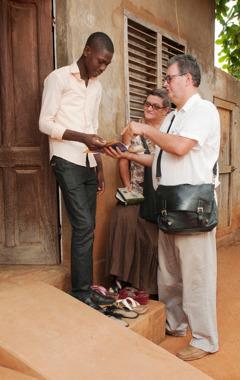 Marie-Agnès og Michel boða trúna hús úr húsi í Benín.
