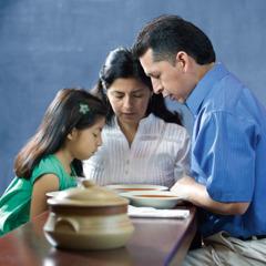 Egy család Jehova Istenhez imádkozik