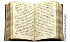 펼쳐져 있는 복음서의 아랍어 번역본
