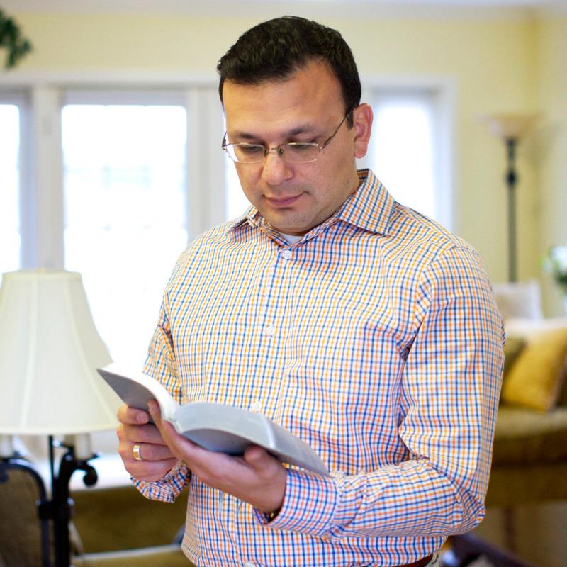 Um homem lendo a Bíblia para as respostas que precisa