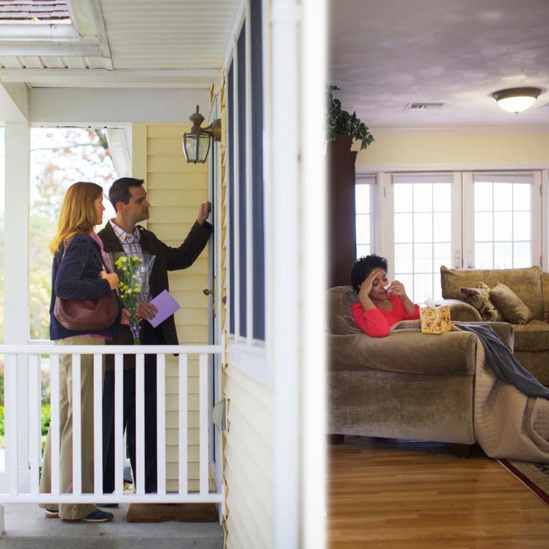 Um marido e sua esposa levando flores e um cartão para um amigo doente que está em casa sozinho