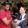 Anthony et Didier discutent de la Bible sur la base de la revue La Tour de Garde