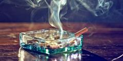 Savu nousee tuhkakupissa olevasta savukkeesta.