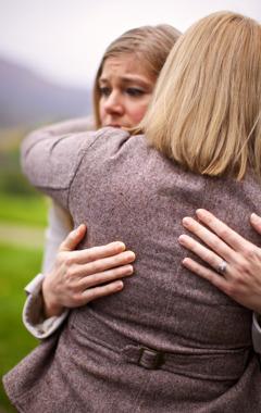 Жінка потішає розлучену християнську сестру