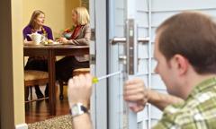 Pariskunta osoittaa henkilökohtaista kiinnostusta eronnutta kristittyä sisarta kohtaan
