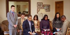 한 젊은 형제가 일단의 여호와의 증인을 대표하여 기도하는 장면