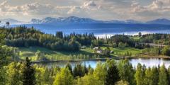 Bukuria e krijimit—një vargmal, liqene të virgjëra dhe pemë të gjelbra