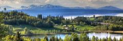 زیبایی خلقت—رشتهکوههای در دوردست، دریاچهای بکر و جنگلی سبز