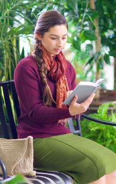 En ung kvinne som leser i Bibelen