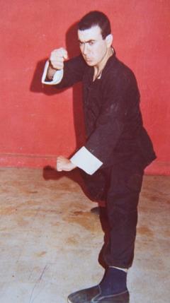 Antoine als junger Mann in einer Kung-Fu-Pose
