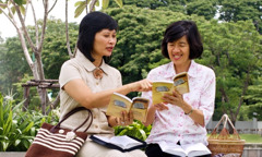 한 여호와의 증인이 좋은 소식을 전하는 장면