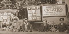 Άμαξες που χρησιμοποιούνταν για να διαφημίζεται το Δράμα Εύρηκα και να μεταφέρεται ο εξοπλισμός του
