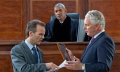 Στη σύγχρονη εποχή, δικαστής ακούει τα επιχειρήματα των δύο πλευρών
