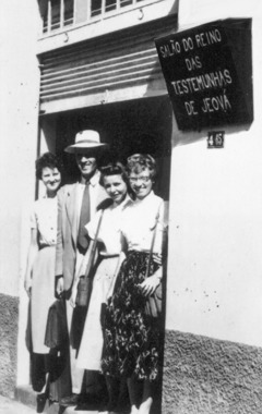 A few of Jehovah's Witnesses at the entrance of the Bauru Kingdom Hall in 1955