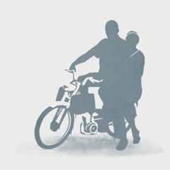 زوجان مرسلان يركبان دراجة نارية