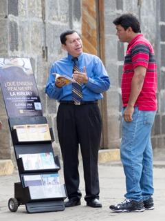 Μάρτυρας του Ιεχωβά συμμετέχει στη δημόσια μαρτυρία χρησιμοποιώντας ένα ταμπλό εντύπων