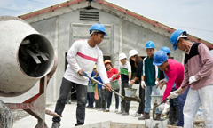 شهود ليهوه يعملون في مشروع بناء