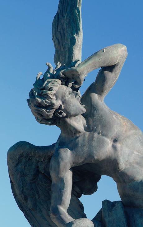 Escultura que retrata Satanás como um anjo decaído