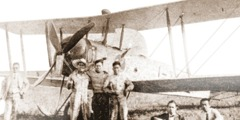 Χριστιανοί αδελφοί μπροστά σε αεροπλάνο που σκόρπισε προσκλήσεις