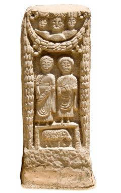 Ein Grabstein, verziert mit einer Göttertriade aus römischen Göttern und Stammesgöttern