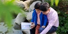 En förälder lär sin son mer om skapelsen.