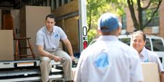 Απογοητευμένος νεαρός κάθεται ενώ οι συνεργάτες του στη μεταφορική εταιρία συνεχίζουν να εργάζονται