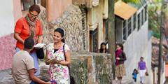 Jehovas Vidner forkynder for en mand på gaden i Copán, Honduras