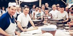 Χαρούμενοι εθελοντές εργάζονται μαζί στην καφετέρια μιας συνέλευσης
