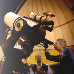 Isang astronomong gumagamit ng teleskopyo
