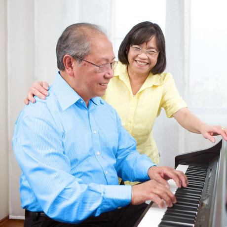 Pria lansia senang memainkan piano untuk istrinya