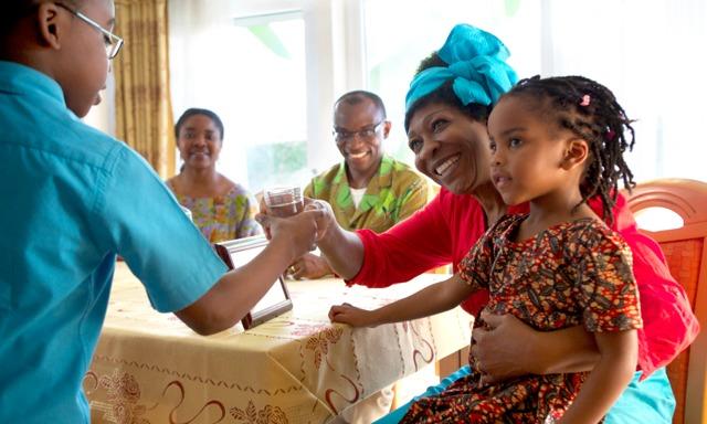 Orang-orang dari berbagai usia sedang bergaul dan menikmati makanan
