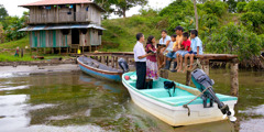 Ivyabona vya Yehova barakoresha ubwato kugira baje kubwira inkuru nziza abantu baba mu tuzinga twa Bocas del Toro muri Panama