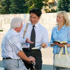 Hiroo en Svetlana geven getuigenis aan een man