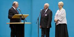 Ο Τζέφρι Τζάκσον παίρνει συνέντευξη από τους γονείς του σε μια συνέλευση
