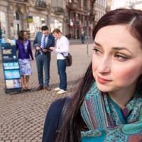 خانمی شاهدان یهوه را در حال موعظه عمومی در کنار چرخدستیشان نگاه میکند