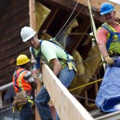 Работници възстановяват сграда