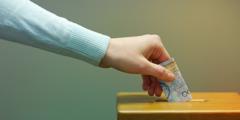 شخصی کمک مالیاش را در یک صندوق اعانات میاندازد