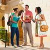 To Jehovas vitner forkynner i et boligstrøk