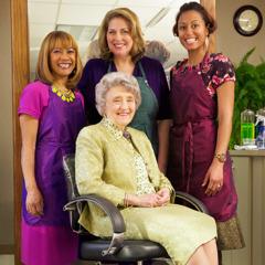 Melita Jaracz tillsammans med andra systrar som arbetar på Betels frisörsalong.