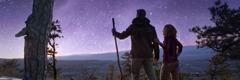 Брачни пар током шетње посматра звездано небо