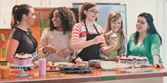 Unas adolescentes cocinando juntas un postre